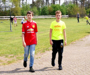 Voetballende jongens met Adiform en Famepla T-shirt.jpg